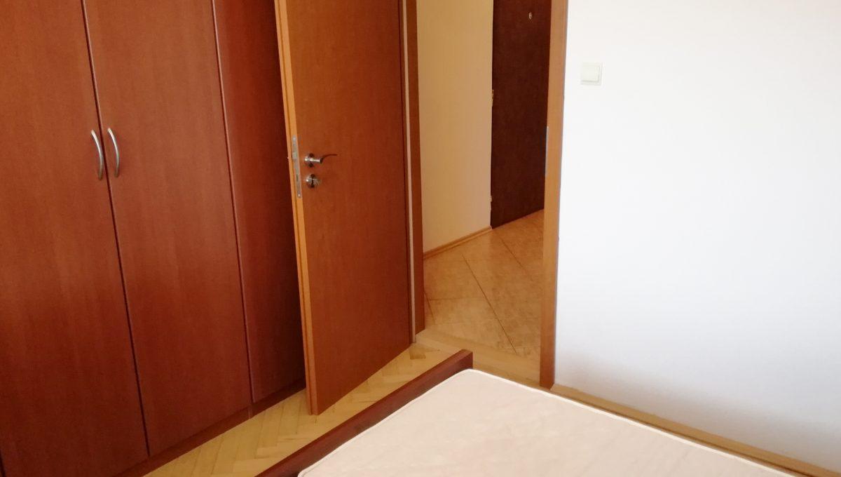 Senec-12-Svatoplukova-3-izbovy-byt-na-prenajom-pohlad-na-vstup-do-spalne-s-roldorovou-skrinou