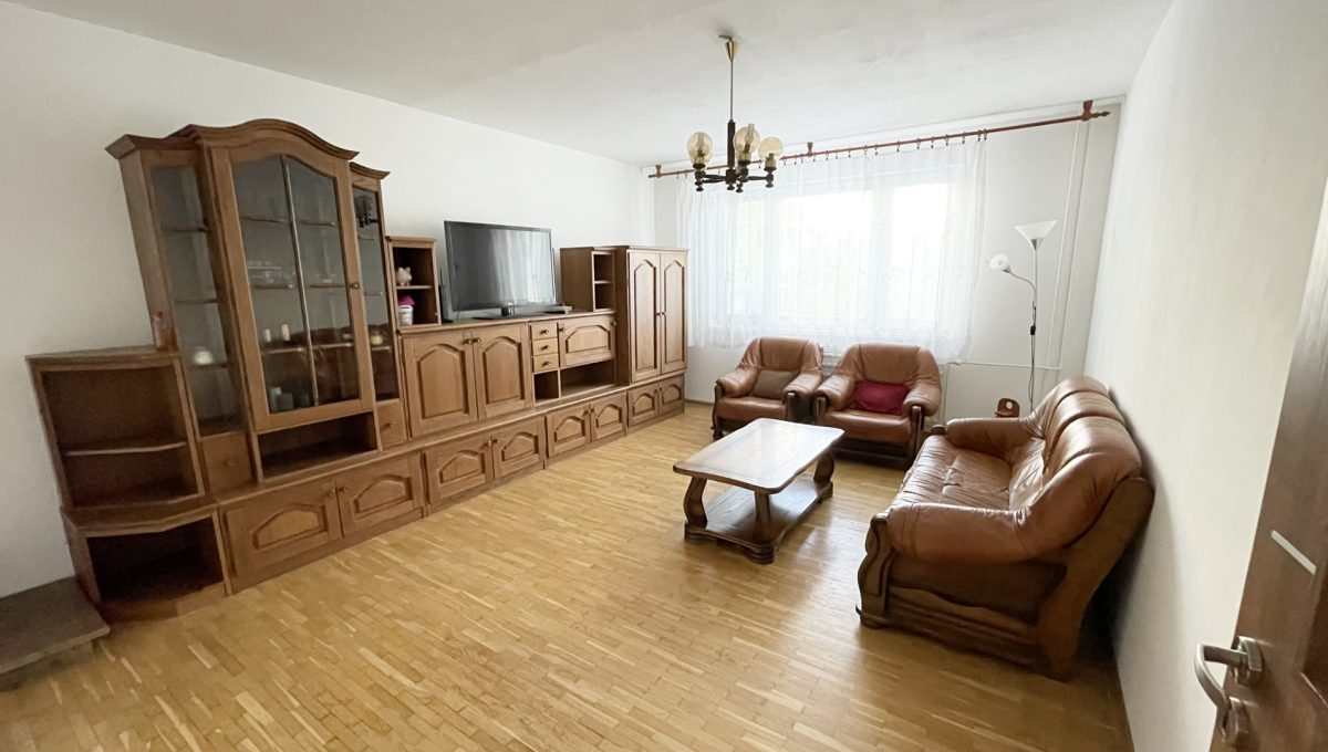 Senec Namestie 1 maja 3 izbovy byt na predaj pohlad na velku obyvaciu izbu so zariadenim od dveri