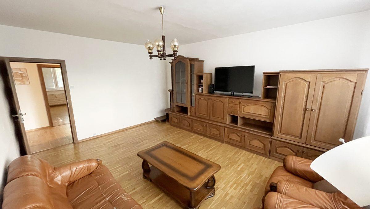 Senec Namestie 1 maja 3 izbovy byt na predaj pohlad na obyvaciu izbu so zariadenim od okna