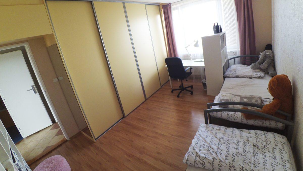 Senec-14-Svatoplukova-3-izbovy-byt-s-balkonom-a-klimatizaciou-pohlad-na-detsku-izbu-so-vstavanou-skrinou
