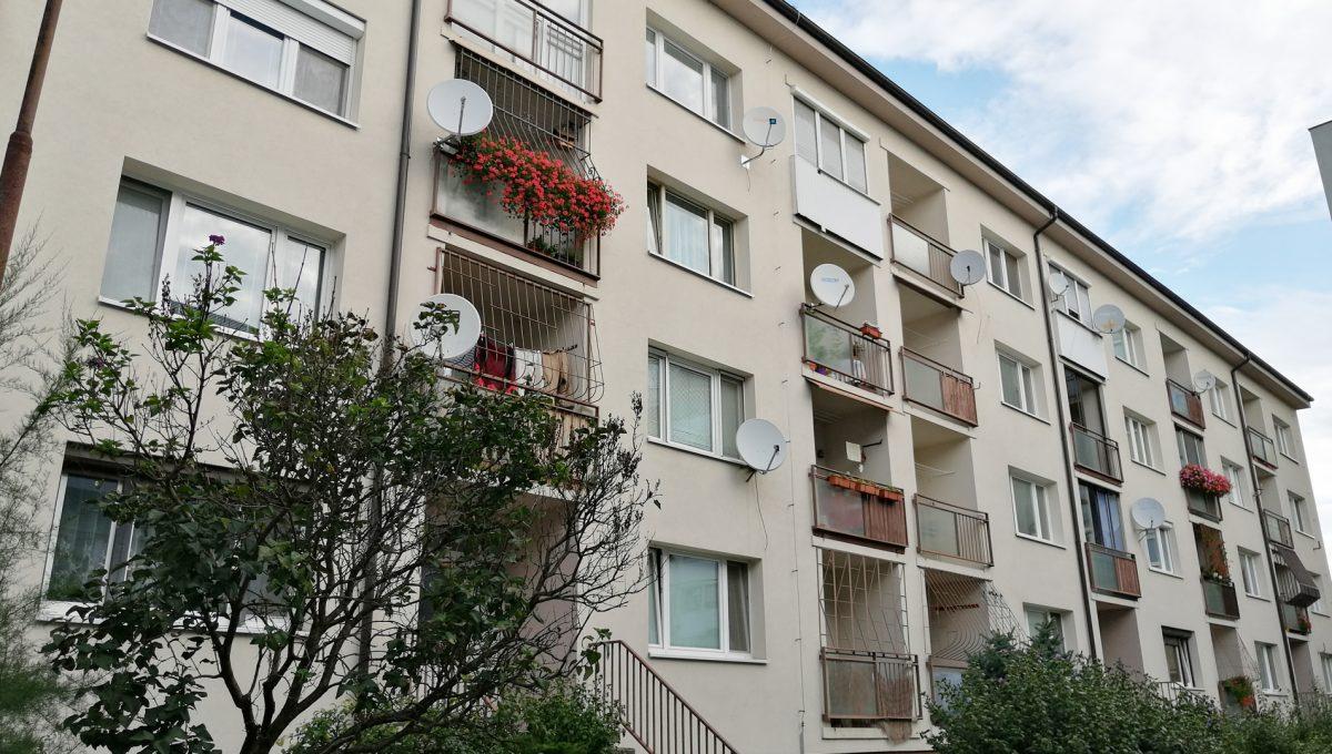 Senec 16 Namestie 3 izbovy byt na prenajom pohlad na bytovy dom zo strany kuchyne s balkonom a obyvacej izby