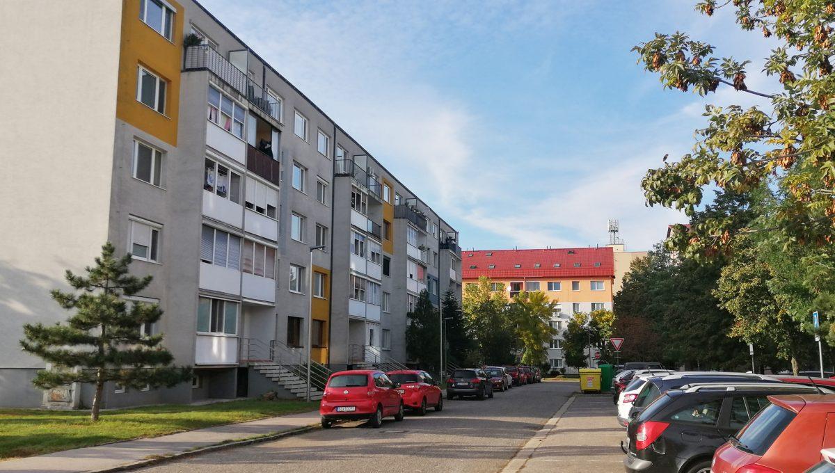 Senec 16 Svatoplukova 3 izbovy byt s balkonom a klimatizaciou pohlad na bytovy dom z ulice