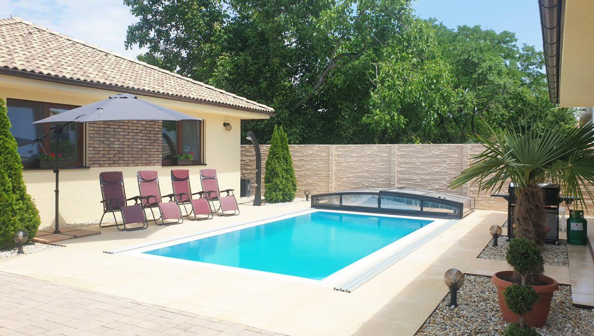 Senec 17 Boldocka nadstandardna ponuka dvoch rodinnych domov s bazenom v centre mesta pohlad na bazen s protiprudom medzi dvomi domami