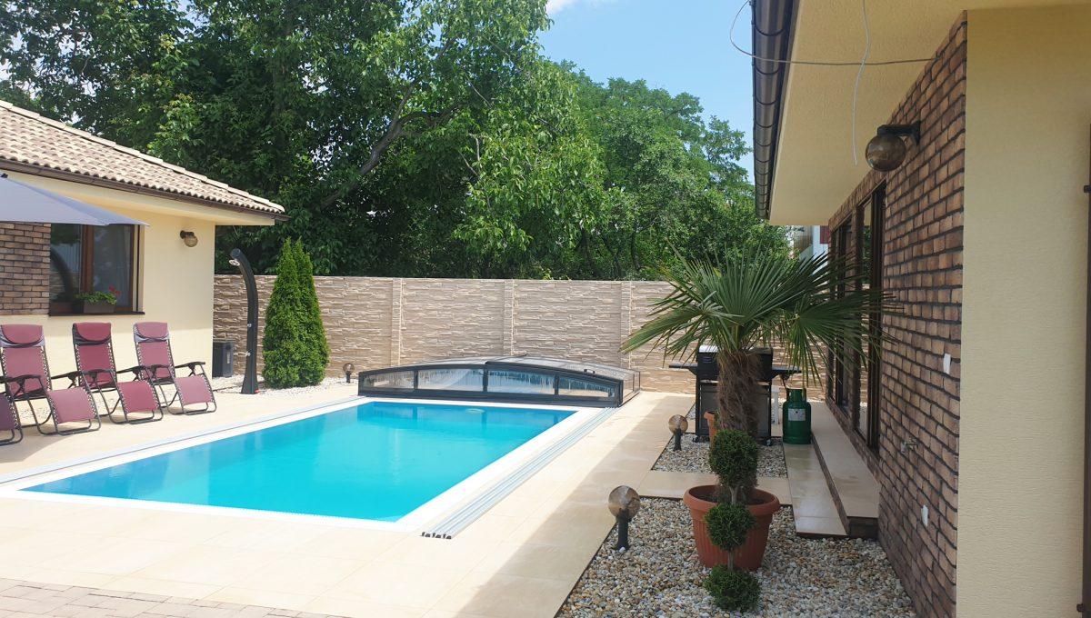 Senec 18 Boldocka nadstandardna ponuka dvoch rodinnych domov s bazenom v centre mesta pohlad na bazen medzi domami