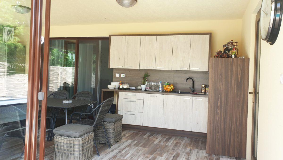 Senec 19 Boldocka nadstandardna ponuka dvoch rodinnych domov s bazenom v centre mesta pohlad na vstup do zariadenej letnej kuchyne