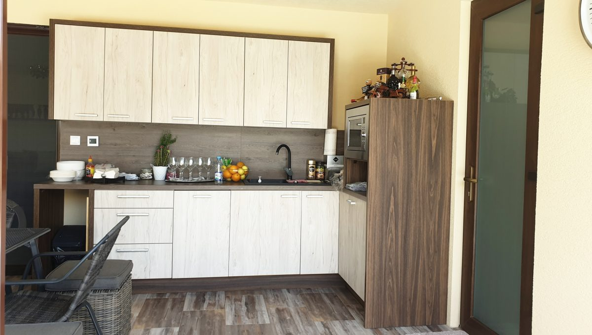 Senec 20 Boldocka nadstandardna ponuka dvoch rodinnych domov s bazenom v centre mesta pohlad na kuchynsku linku v letnej kuchyni so vstupom do samostatnej kupelne s toaletou