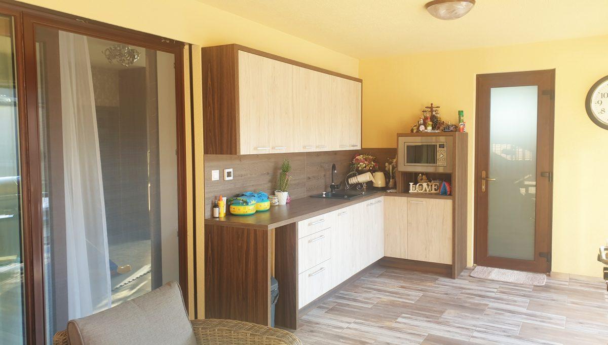 Senec 22 Boldocka nadstandardna ponuka dvoch rodinnych domov s bazenom v centre mesta pohlad na letnu kuchynu so vstupmi do kupelne s toaletou a do obyvacej izby domu