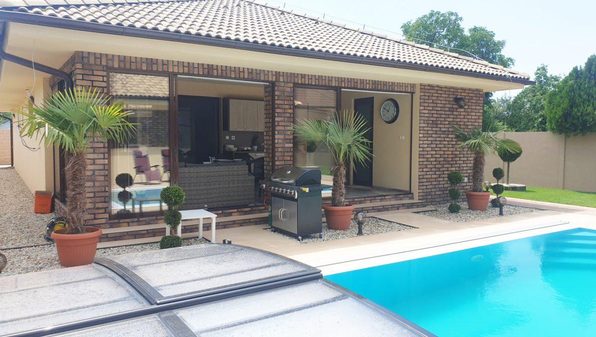 Senec 23 Boldocka nadstandardna ponuka dvoch rodinnych domov s bazenom v centre mesta pohlad na terasu s letnou kuchynou a grilom pri bazene s protiprudom