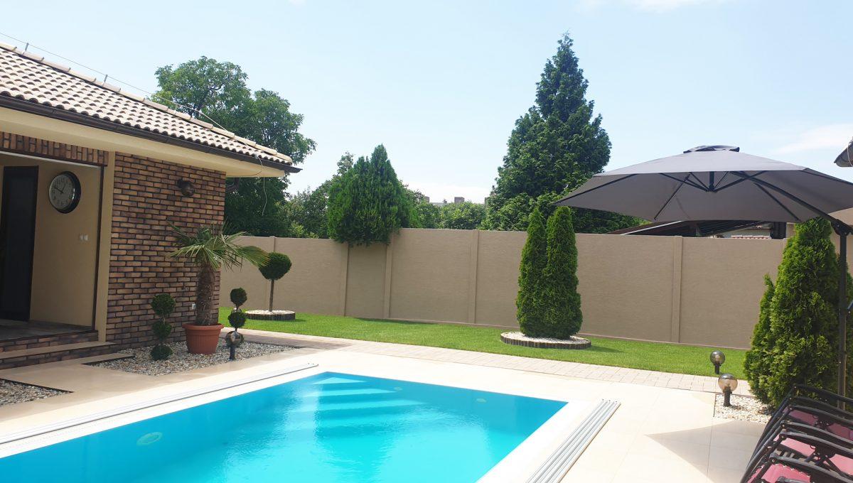 Senec 24 Boldocka nadstandardna ponuka dvoch rodinnych domov s bazenom v centre mesta pohlad na bazen a cast letnej kuchyne