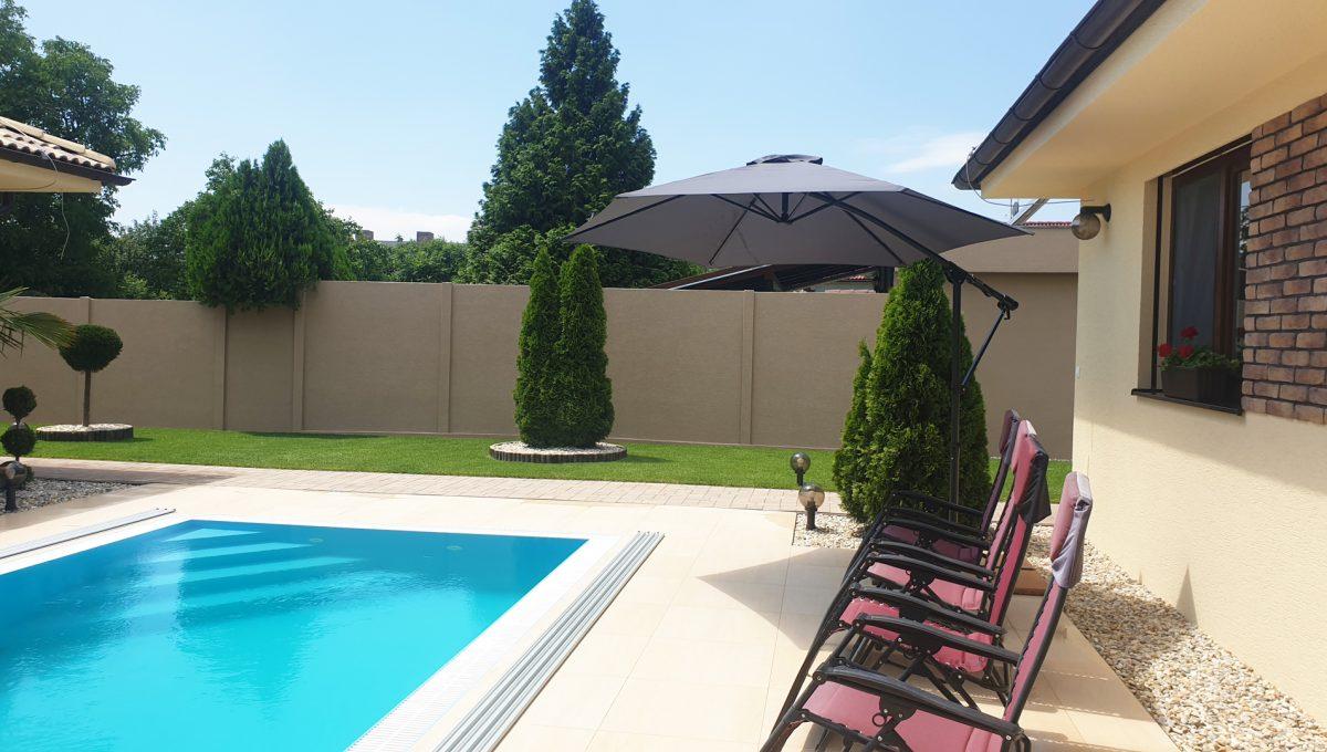 Senec 25 Boldocka nadstandardna ponuka dvoch rodinnych domov s bazenom v centre mesta pohlad na bazen medzi domami