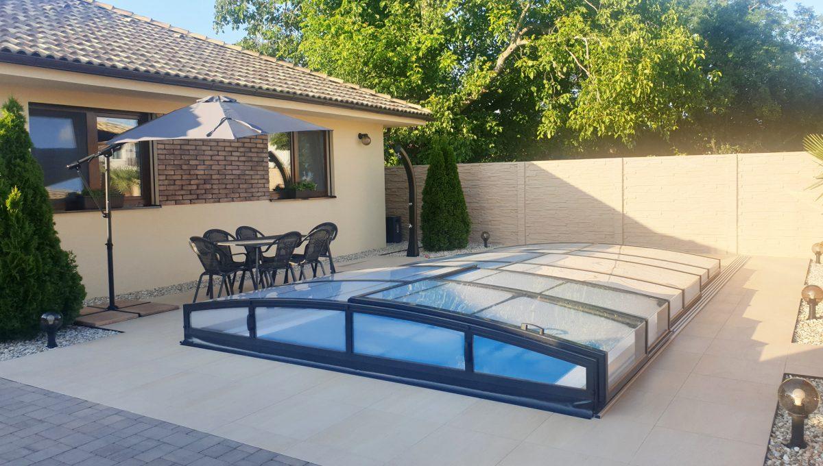 Senec 27 Boldocka nadstandardna ponuka dvoch rodinnych domov s bazenom v centre mesta pohlad na prekryty bazen s terasou medzi domami