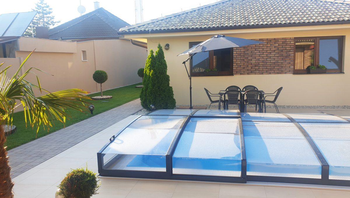Senec 28 Boldocka nadstandardna ponuka dvoch rodinnych domov s bazenom v centre mesta pohlad na prekryty bazen s protiprudom a upravenym okolim