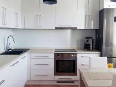Senec-Pezinska-ulica-3-izbovy-byt-novostavba-pohlad-na-priestrannu-kuchynu-s-kuchynskou-linkou-v-bielej-farbe