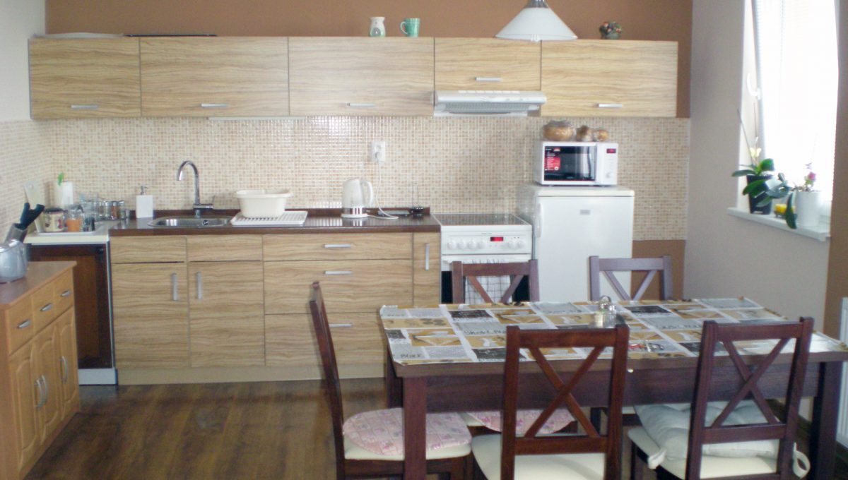 Senec-Pezinska-ulica-krasny-velky-2-izbovy-byt-v-novostavbe-pohlad-z-obyvacej-izby-na-kuchynu-s-jedalenskou-castou