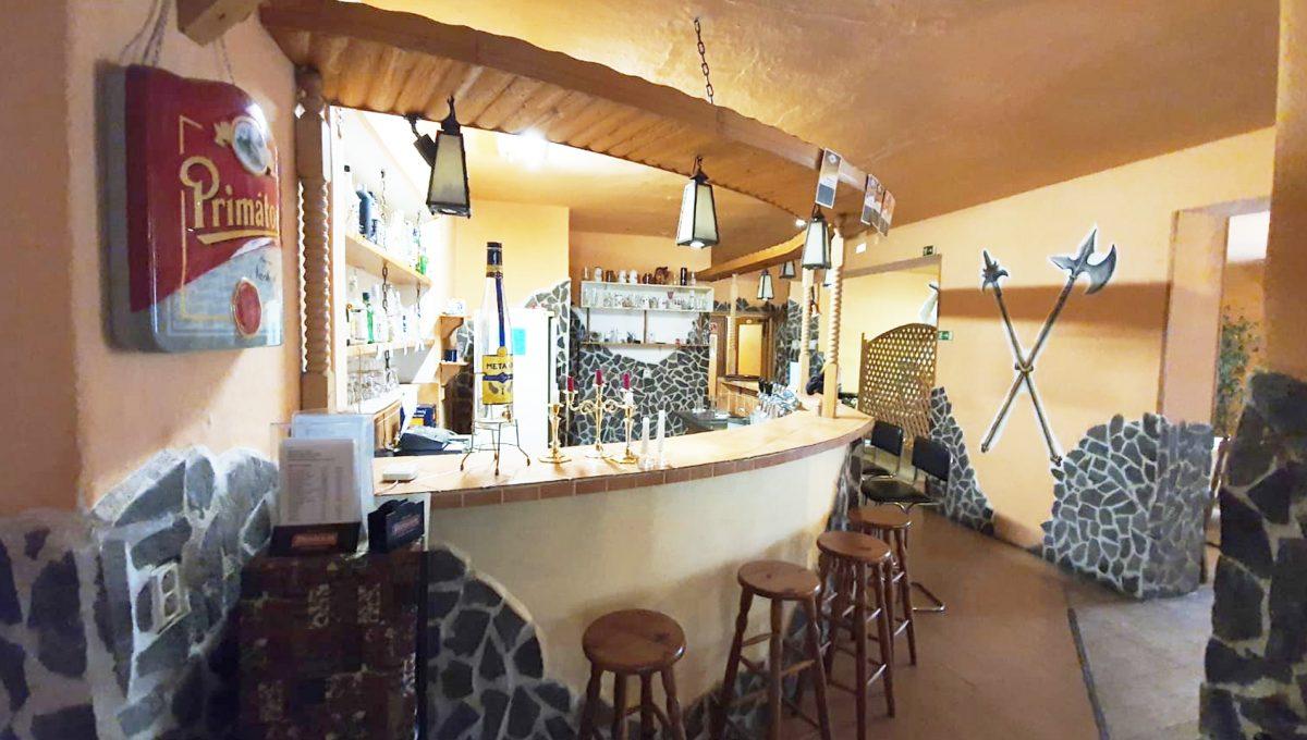 Turany 04 hotel penzion ubytovna s certifikovanou strelnicou pohlad na barovy pult cast restauracie