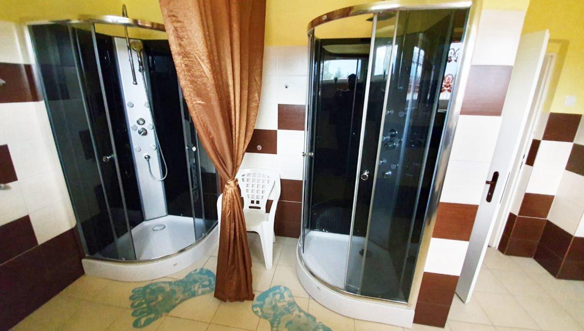 Turany 09 hotel penzion ubytovna s certifikovanou strelnicou pohlad na kupelnu s dvomi sprchovymi kutmi