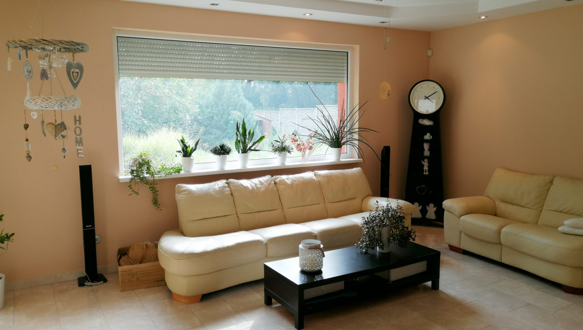 Turen 03 na predaj 6 izbovy rodinny dom pohlad na obyvaciu izbu s velkym oknom s vyhladom na zahradu a sedaciu supravu