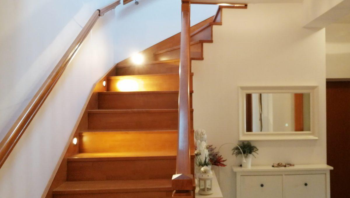 Turen 10 na predaj 6 izbovy rodinny dom pohlad zdola na schodisko a cast vstupnej chodby