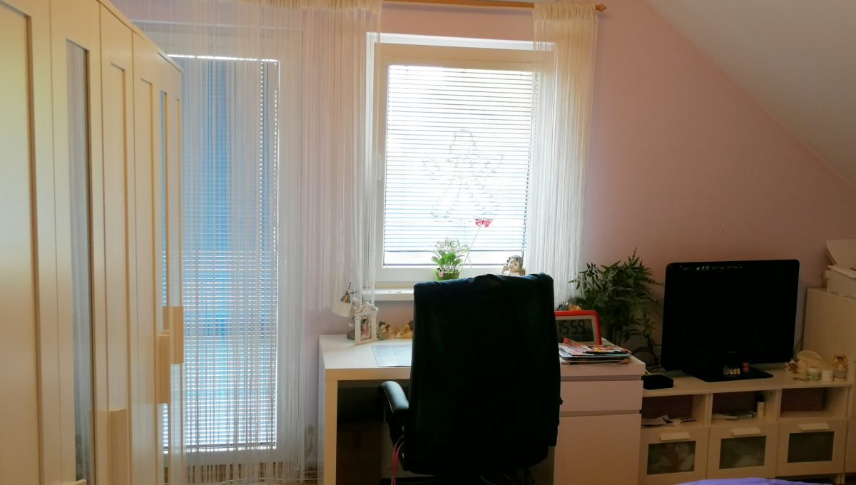 Turen 14 na predaj 6 izbovy rodinny dom pohlad na okno a presklene dvere na lodziu izby s velkou skrinou