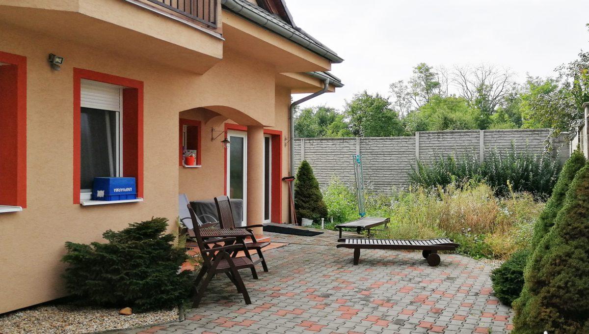Turen 19 na predaj 6 izbovy rodinny dom pohlad na priestor pred domom a vchod