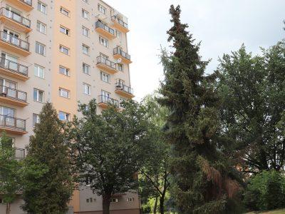 Zvolen-01-na-predaj-3-izbovy-byt-pohlad-na-bytovy-dom-ulica-Janka-Krala