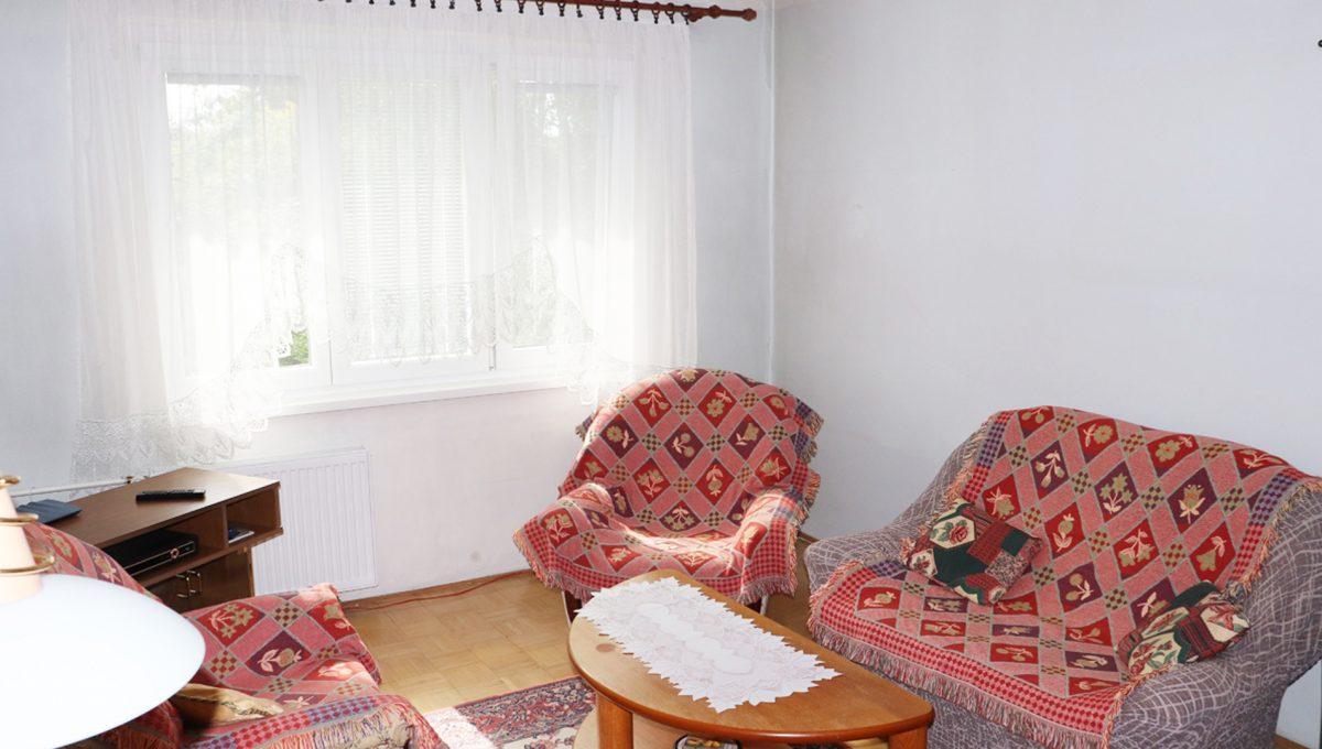 Zvolen 03 na predaj 3 izbovy byt ulica Janka Krala pohlad na obyvaciu izbu so swdwnim a stolikom