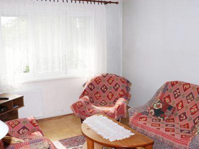 Zvolen-03-na-predaj-3-izbovy-byt-ulica-Janka-Krala-pohlad-na-obyvaciu-izbu-so-swdwnim-a-stolikom
