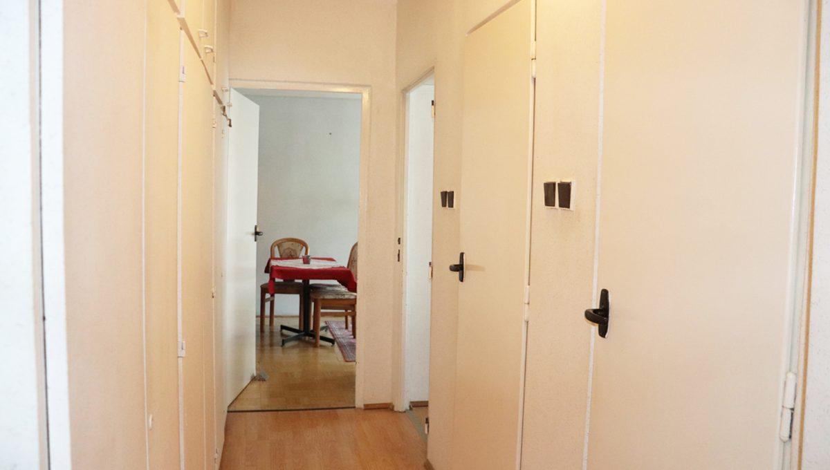 Zvolen 11 na predaj 3 izbovy byt ulica Janka Krala pohlad od vstupu na chodbu bytu so vstupmi do toalety kupelne kuchyne a obyvacej izby