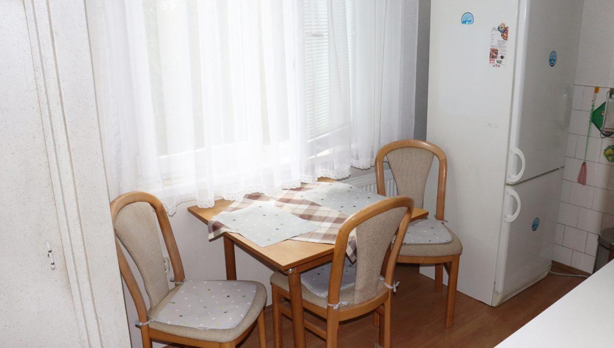 Zvolen 14 na predaj 3 izbovy byt ulica Janka Krala pohlad na sedenie pri okne v kuchyni
