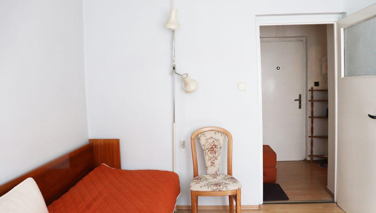 Zvolen 17 na predaj 3 izbovy byt ulica Janka Krala pohlad od okna na izbu so vstupom a vchodom do bytu